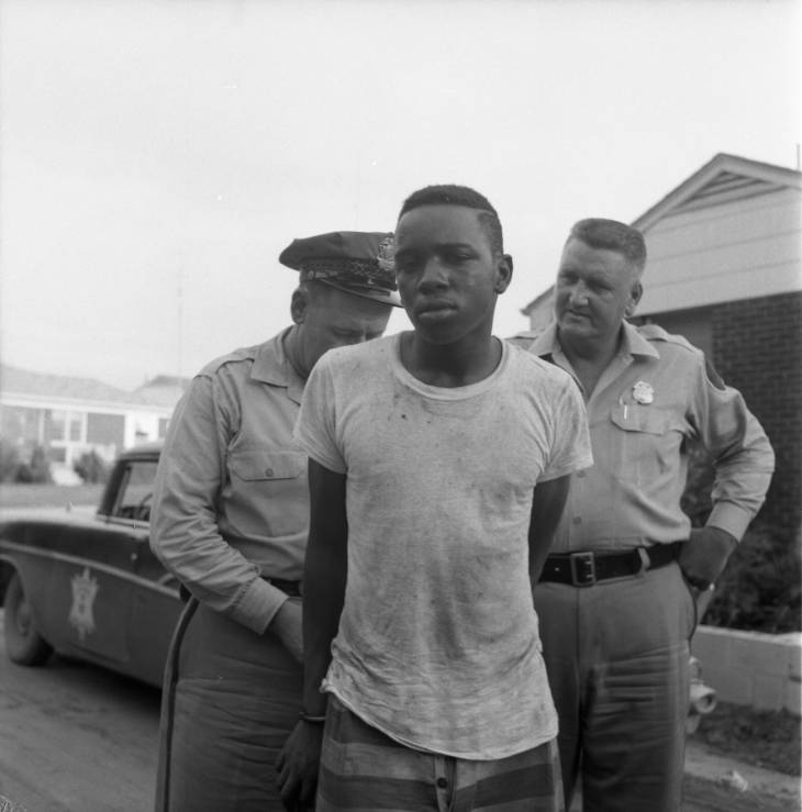 Richland deputies with convict 1959